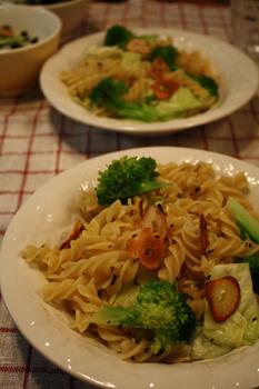 野菜とにんにくのショートパスタ